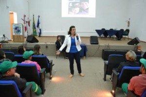 Manhuaçu: médica do trabalho ministra palestra para funcionários DO SAMAL