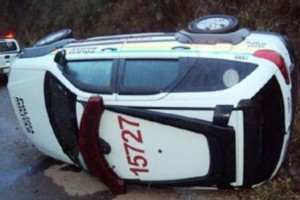 Caparaó: viatura da PM capota. Um policial ficou ferido no acidente