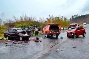 Fervedouro: Acidente com seis feridos na BR 116. Uma pessoa presa às ferragens