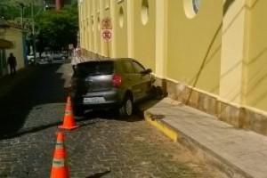 Carangola: Mulher perde o controle de carro e bate em igreja