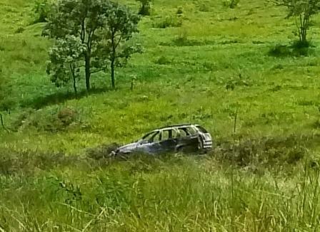 Carangola: Carro cai na ribanceira e pega fogo. Motorista escapa milagrosamente