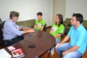 Manhuaçu: Esportista apoiado pela prefeitura visita o Paço Municipal