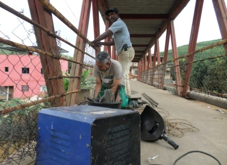Manhuaçu: Prefeitura conserta passarela no Bom Jardim