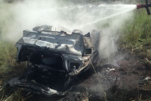 Manhuaçu: Carro sai da pista, pega fogo e motorista desaparece. Um pedestre morre atropelado