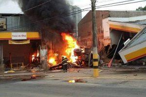 Carreta desgovernada atinge posto de combustíveis, pega fogo e mata duas pessoas