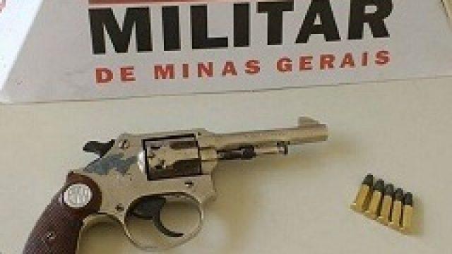 PM prende mulher e apreende arma em Santana do Manhuaçu