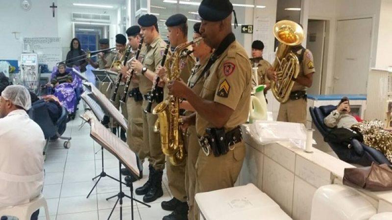 Banda da PM realiza apresentações festivas