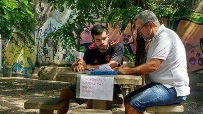 Belo gesto: Professor dá aulas de graça em praça