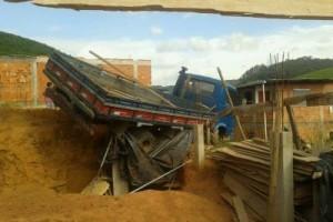 Manhuaçu: caminhão perde o freio e causa destruição no Bela Vista