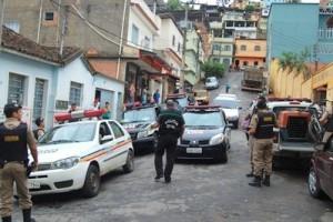 Manhuaçu: Polícias apreendem drogas e arma no bairro Santa Luzia