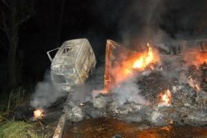Manhuaçu: carreta tomba, pega fogo e fecha a pista, em São Pedro do Avaí