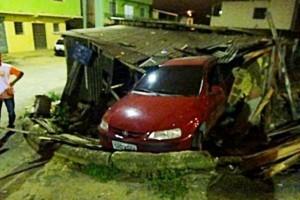Manhuaçu: Motorista invade garagem no bairro Nossa Senhora Aparecida