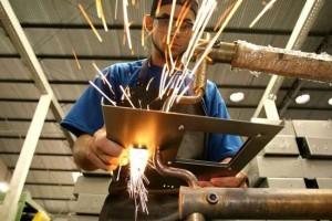 Economia: Emprego na indústria cai pelo 5º mês seguido, diz IBGE