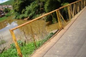 Manhuaçu: passarelas da Ponte da Aldeia e Bom Jardim pedem socorro