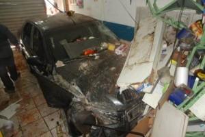 Manhuaçu: carro desgovernado invade comércio no Coqueiro