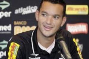 Atlético: contrato do zagueiro Réver está renovado até 2018