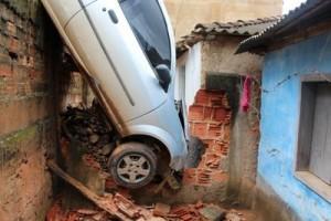 Santana: motorista passal mal e causa acidente