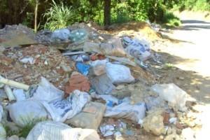 Manhuaçu: estrada vira depósito de lixo e entulho