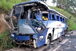 Fervedouro: acidente entre ônibus e carreta deixa 15 pessoas feridas na BR 116