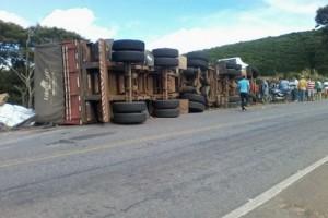 Estradas: mais uma carreta tomba na 262, em Martins Soares
