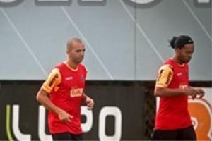 Minas: Ronaldinho e Tardelli chegam atrasados e treinam em separado