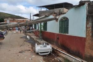 Vilanova/Manhuaçu: pega o carro, bebe, derruba poste e fere duas pessoas