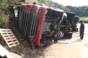 Inhapim: carreta tomba na BR 116. Motorista e carona ficaram feridos