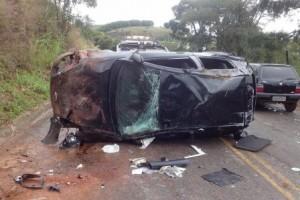 Caratinga: veículo com 4 ocupantes capota na BR-474. Uma vítima fatal