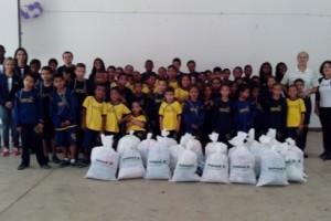 Manhuaçu: alunos do projeto AABB comunidade recebem agasalhos. Campanha Unimed