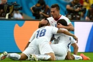 Copa do Mundo: Chile derrota a Espanha; Holanda vence a Austrália; Croácia goleia Camarões