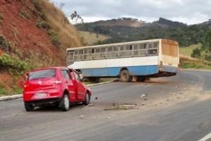Fervedouro: batida entre carro e ônibus deixa vários feridos na 116