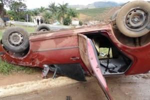 Orizânia: carro capota no trevo de acesso à cidade. 4 pessoas feridas