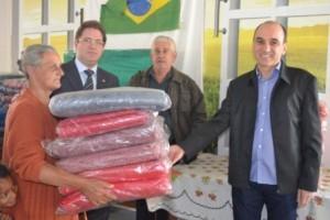 Manhuaçu: OAB entrega cobertores para famílias carentes