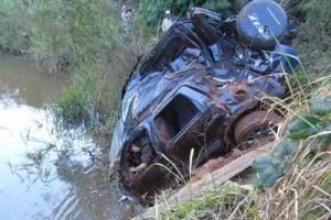 Manhuaçu: carro cai no rio e motorista morre preso às ferragens