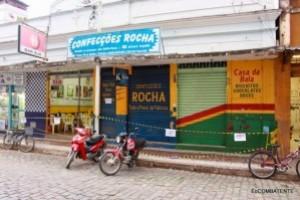 Carangola: risco de queda de marquise interdita lojas. Ação da Defesa Civil