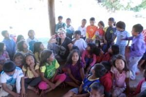 Mato Grosso do Sul: indiazinha da aldeia Amambai é fotografada com camisa do Passeio Ciclístico