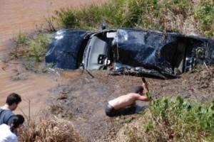 Ipanema:  carro sai da pista e cai em lagoa às margens da MG 111. Uma pessoa morta