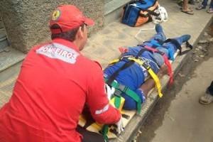 Caratinga: Moto atropela estudante, cai em buraco e atinge funcionário que realizava manutenção em esgoto