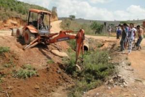 Manhuaçu: Limpeza de Córrego beneficia população em Santo Amaro de Minas