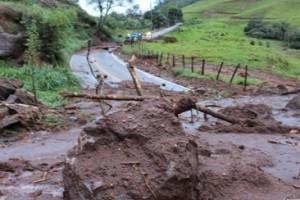 Carangola: Forte chuva causa deslizamento de terra na BR 458. Estrada para a BR 116