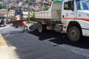 Manhuaçu: Administração Municipal asfalta rua no bairro Santa Terezinha. Diminui riscos de acidentes