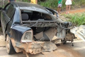 Santa Bárbara do Leste: Batida entre carreta e Astra deixa mulher ferida