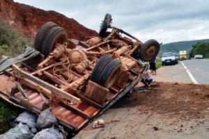 Santa Bárbara do Leste: Acidente envolve ônibus e caminhão na manhã deste domingo