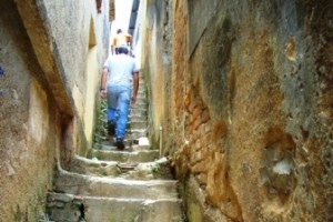 Manhuaçu: Escadaria da Viela José Agostinho de Oliveira precisa de reforma e iluminação