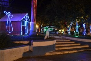 Manhuaçu: Natal Luz chama a atenção no centro da cidade. Enfeites  na praça Cordovil Pinto Coelho