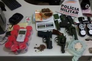 Manhuaçu: Polícia combate tráfico de drogas no bairro Santana. Prisões e apreensões são feitas
