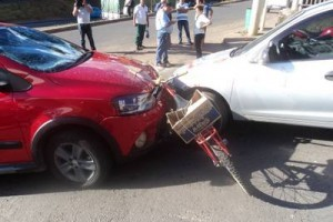 Caratinga: Dois carros batem e ferem ciclista gravemente