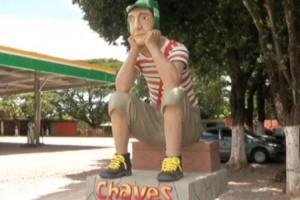 Variedades: Estátua do Chaves atrai turistas em Governador Valadares