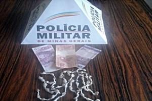 Alto Jequitibá: Polícia Militar apreende 64 pedras de crack. Mulher carregava drogas nos seios