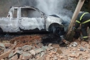 Manhuaçu: Picape descontrolada pega fogo em São Pedro do Avaí